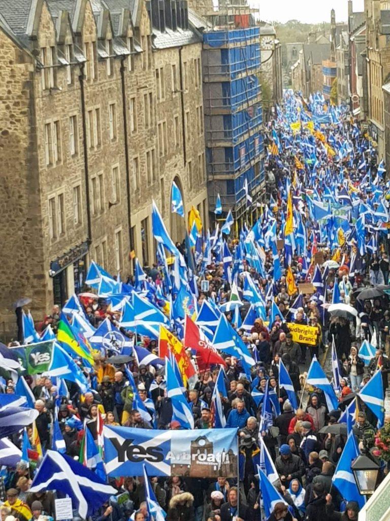 Multitudinaria marcha en Glasgow a favor de la independencia de Escocia