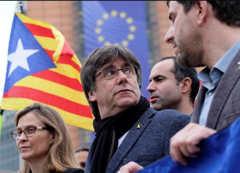 """Puigdemont quiere volver a Cataluña """"como hombre libre y levantar la suspensión"""" de la DUI"""