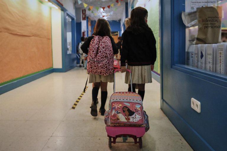 Llevar a los hijos a clase es obligatorio, pero puede haber casos en que no