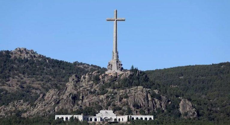 El gobierno 'reflexionará' sobre la Cruz del Valle, y Vox contesta: 'No la vais a tocar'