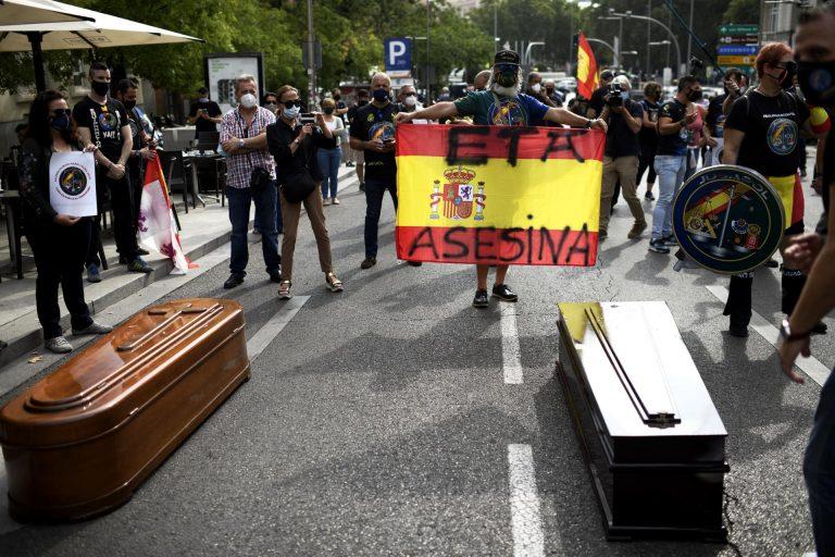 Jusapol protesta con ataúdes en el Congreso por el pésame de Sánchez a un etarra
