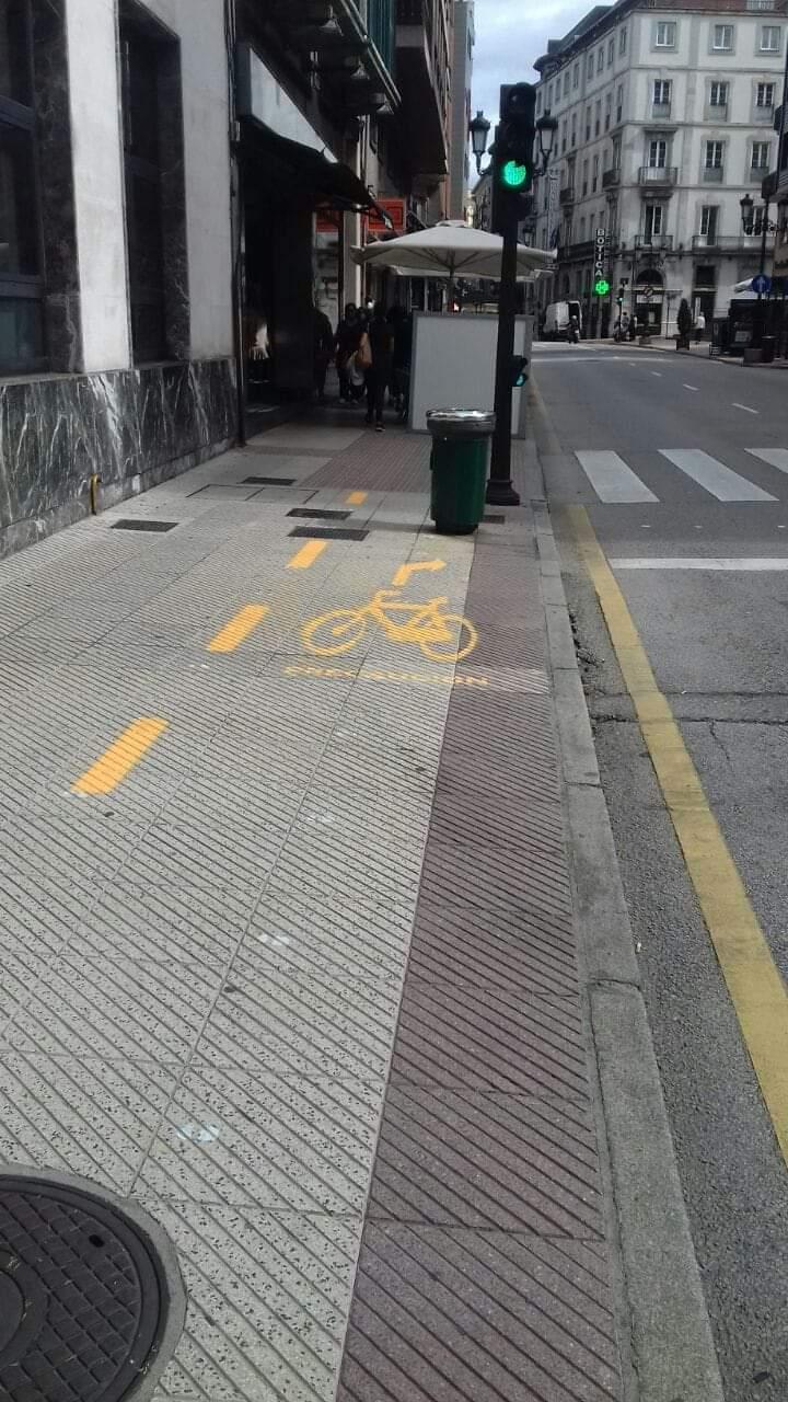 Oviedo comienza a borrar las marcas de su 'carril bici' tras la sorna de los ciudadanos que lo comparaban con Mario Kart