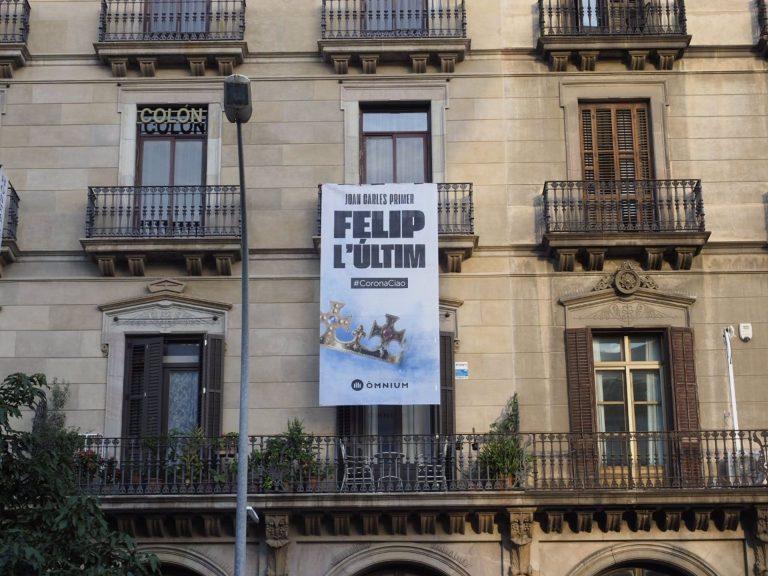Òmnium recibe al rey con una pancarta: 'Juan Carlos Primero, Felipe el último'
