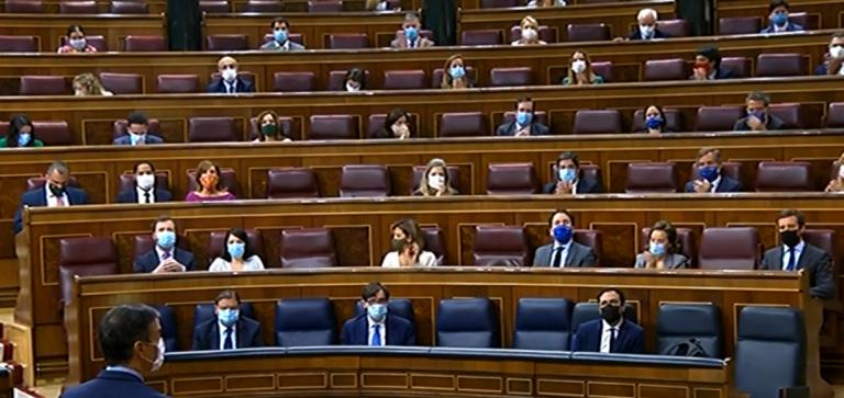 Sánchez y Casado, su primer 'duelo' en el Congreso tras el acuerdo para renovar órganos caducados
