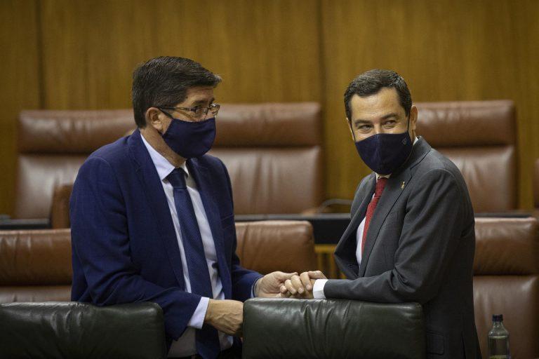 El PP andaluz firma la rebaja fiscal en dos documentos aparte, uno con Ciudadanos y otro con Vox