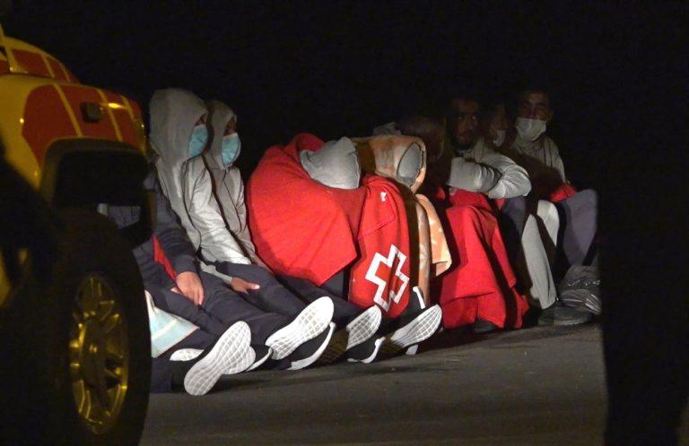 Rescatados 42 ocupantes de una patera en la que un hombre desapareció al caer al mar cerca de Fuerteventura