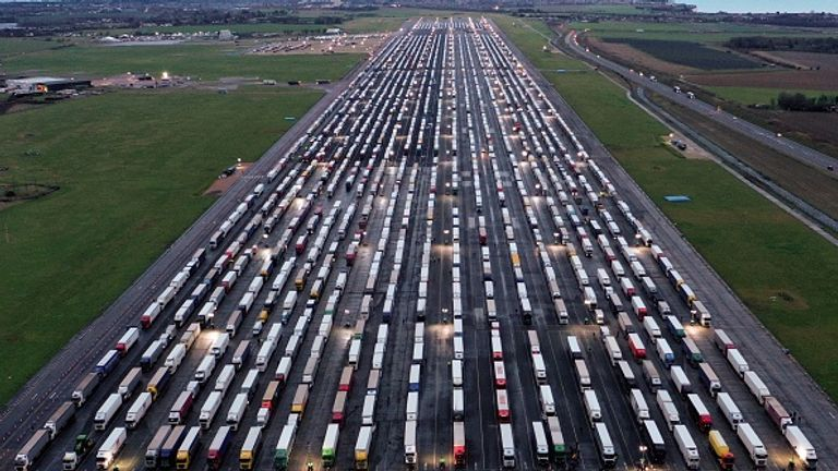 Exteriores desplaza al Canal de la Mancha a un cónsul en Reino Unido para asistir a los camioneros bloqueados