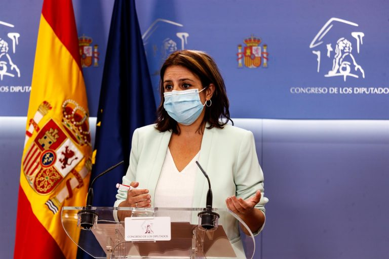 Adriana Lastra acusa a exmilitares de «manchar» el uniforme cuestionando al Gobierno y evita opinar si el Rey debe pronunciarse
