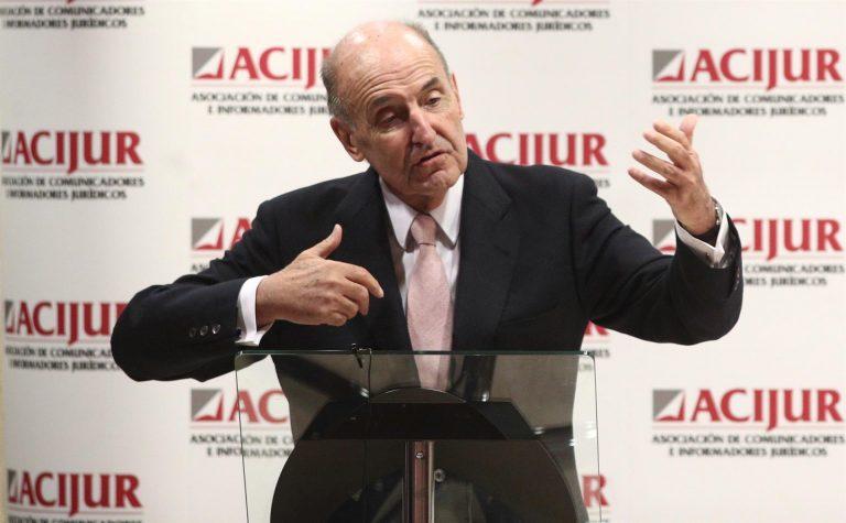 Miquel Roca elude las preguntas sobre el estado de salud y el posible regreso a España del emérito