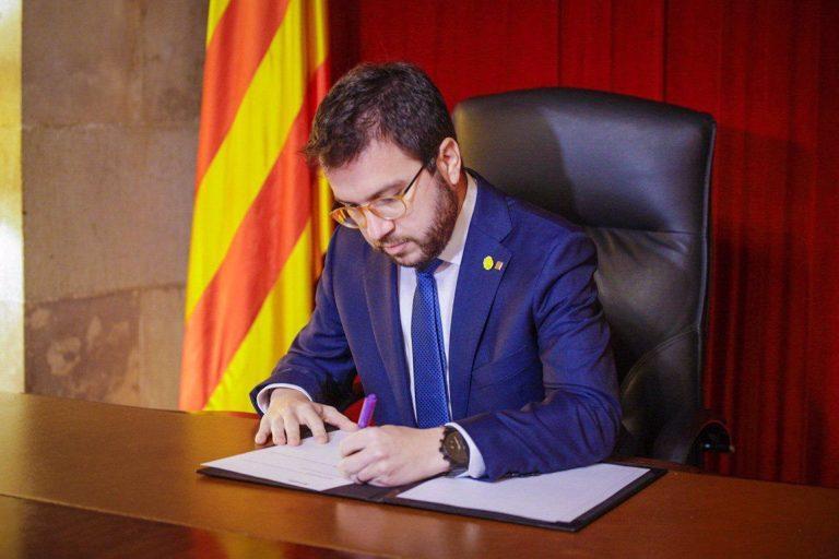 Aragonès firma el decreto de convocatoria de elecciones en Cataluña para el 14 de febrero
