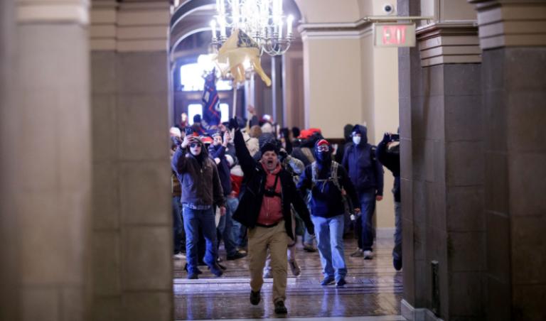 Cuatro fallecidos y al menos 52 detenidos el día en que el Capitolio fue asaltado