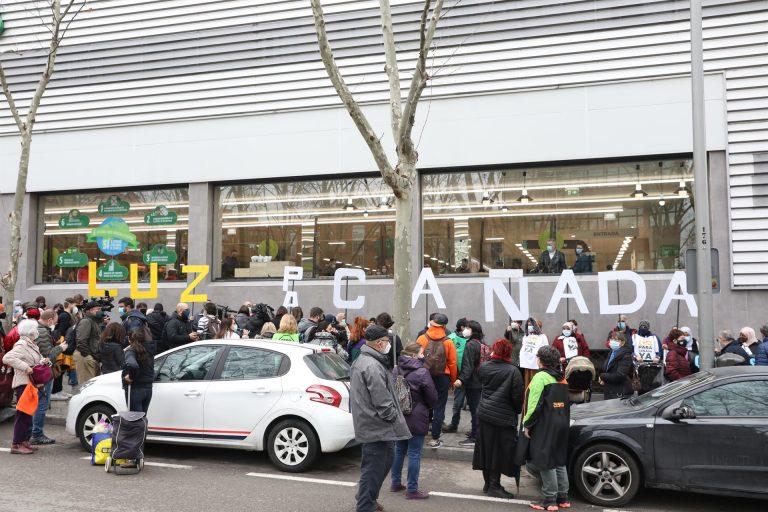 Debate sobre la situación de la Cañada Real en la Asamblea de Madrid, mientras sus vecinos se manifiestan en el exterior