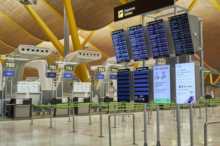 Las personas que lleguen en vuelos procedentes de Sudáfrica y Brasil deberán guardar cuarentena desde este jueves