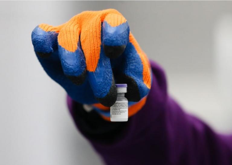 Pfizer se plantea una tercera dosis y Moderna refuerzos o vacunaciones primarias para luchar contra variantes resistentes