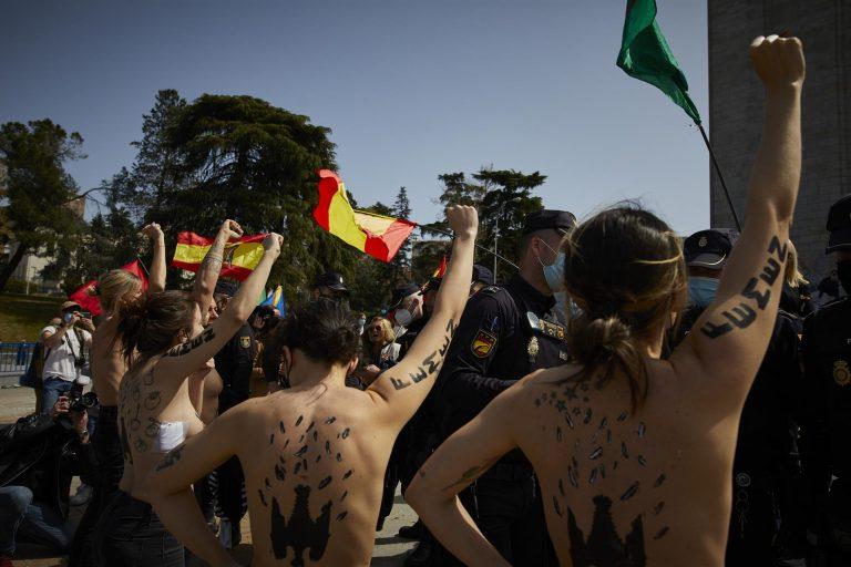 Femen se enfrenta a una manifestación franquista en recuerdo del acceso al poder del dictador
