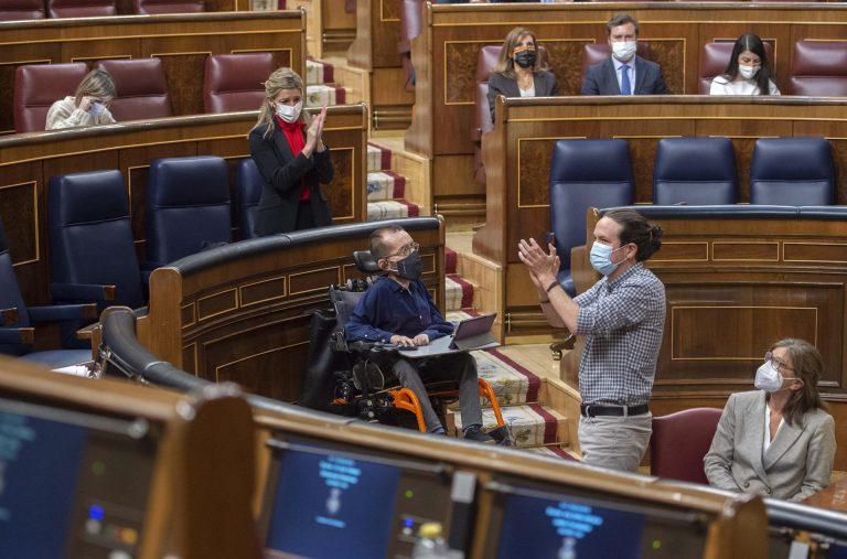 Pablo Iglesias entrega el acta de diputado