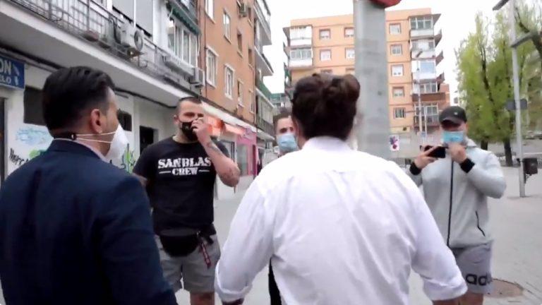 Un grupo neonazi increpa a Iglesias tras reunirse con una asociación vecinal de Coslada