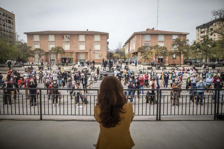 Mónica García reivindica el «vivir a la madrileña de las despensas» y no «el de los atascos y cubatas» de Ayuso