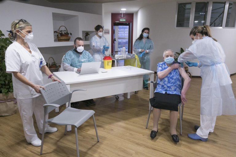 El impacto de las vacunas en las residencias empieza a notarse con un fuerte descenso de casos