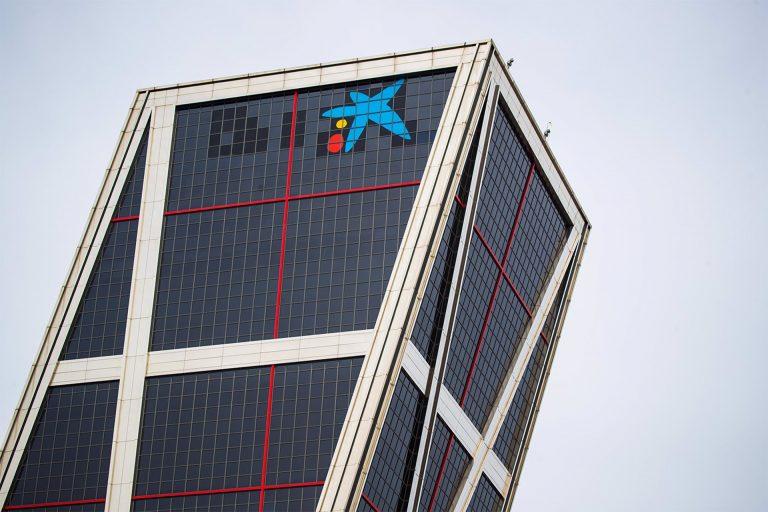 CaixaBank plantea despedir a más de 8.000 trabajadores y cerrar casi un tercio de sus oficinas