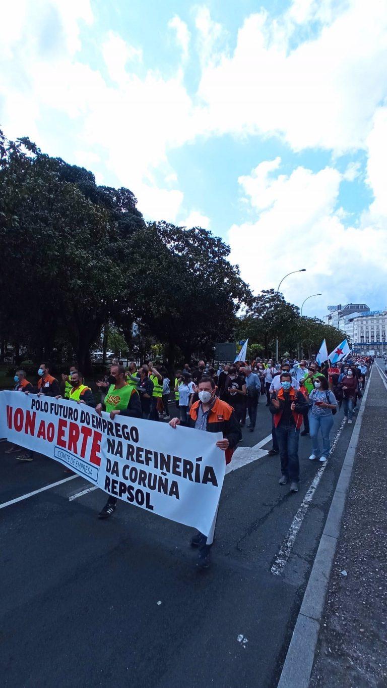 Una marcha multitudinaria recorre A Coruña en rechazo del ERTE en Repsol y reclama inversiones en la refinería