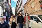 El candidato de Unidas Podemos a la Presidencia de la Comunidad de Madrid, Pablo Iglesias, junto a las miembros de su lista Isa Serra y Alejandra Jacinto, durante su visita a Lavapiés para encontrarse con representantes de la FRAVM