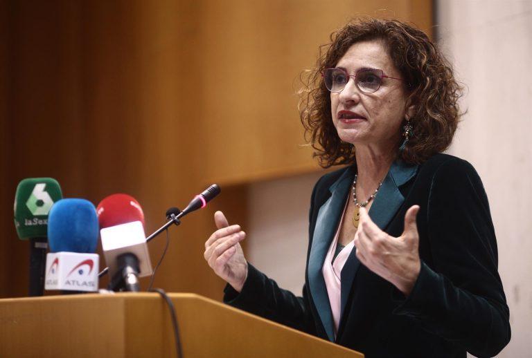 """Montero afirma que el Gobierno está corrigiendo la """"asfixia financiera"""" a la que el PP sometió a los ayuntamientos"""