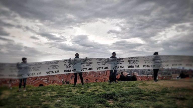 Una pancarta de un kilómetro en Vallecas (Madrid) alerta de que «quien vota fijo es tu vecino el pijo»