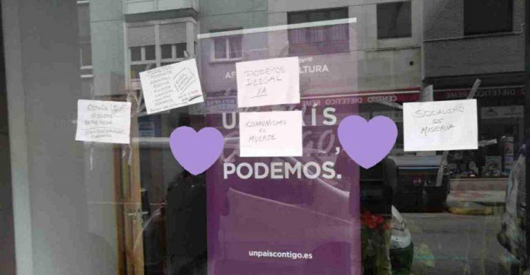 La sede de Podemos en Gijón aparece vandalizada y con letreros de «comunismo es muerte»