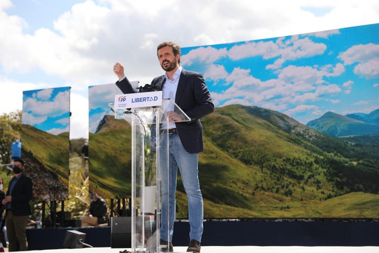 Casado señala a Iglesias por tener «escoltas» que «patean policías», y exige responsabilidades políticas a Sánchez