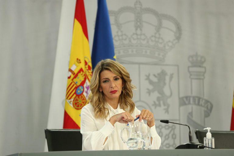 Yolanda Díaz recibe la primera dosis de la vacuna contra el Covid-19