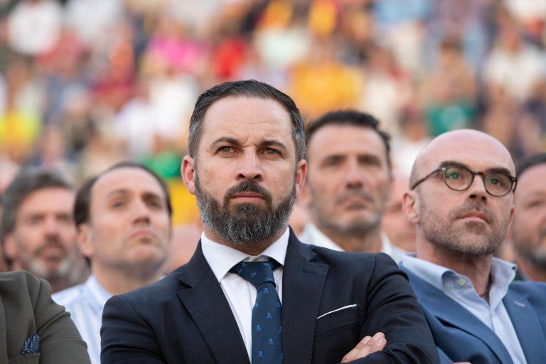 Vox censura la imagen de Sánchez «arrodillado» ante separatismo con el aval de «la casta» de la CEOE y sindicatos
