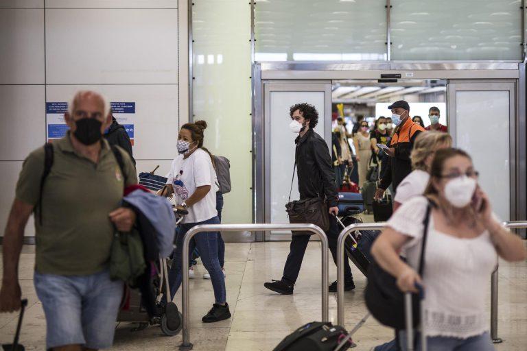 """La Comunidad de Madrid pide reunirse con Darias para establecer """"medidas eficaces"""" en Barajas"""