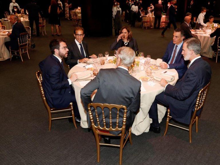 Aragonès cena con el rey y Sánchez tras haber faltado en la bienvenida del Mobile