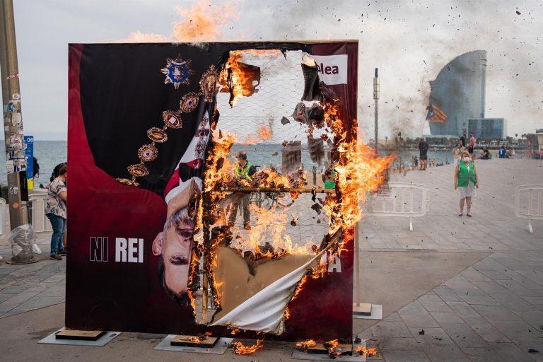 Queman una foto de Felipe VI de 3 metros de altura en protesta por su visita a Barcelona