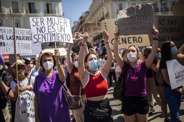 Organizaciones feministas se manifiestan contra la ley trans y piden la dimisión de Montero