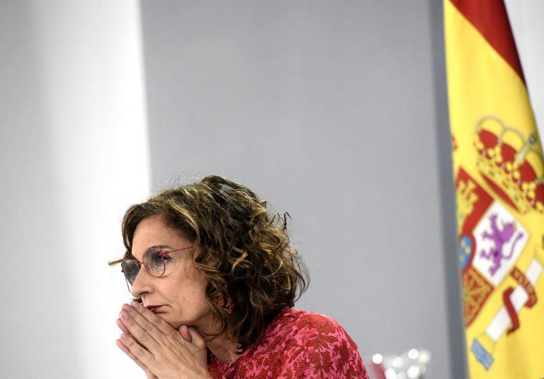 María Jesús Montero asegura que la reducción de impuestos hará bajar la factura de la luz un 10%