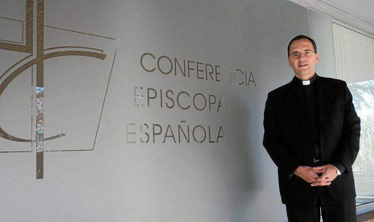 El director de comunicación de los obispos: «En España va más gente a misa que al fútbol pero no lo cuentan»