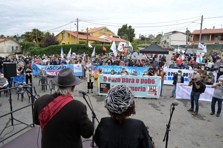 Centenares de personas marchan en torno al Pazo de Meirás para exigir la devolución de todos los bienes de su interior