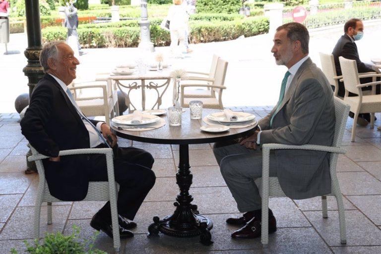 El Rey Felipe VI y el presidente de la República de Portugal almuerzan en una terraza de la Plaza de Oriente de Madrid
