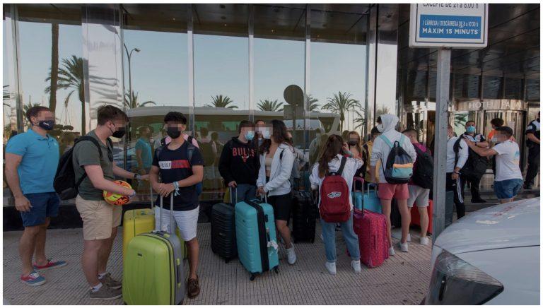 Zarpa el ferry con 165 jóvenes del hotel de Mallorca