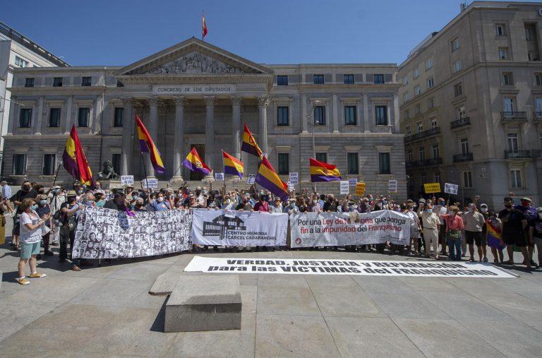 Colectivos antifranquistas se concentran frente al Congreso para pedir el fin de la impunidad del franquismo