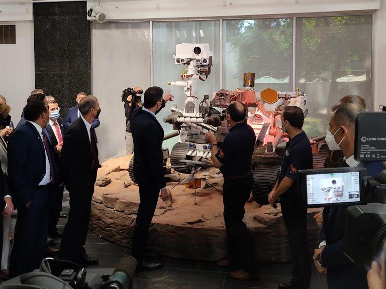Sánchez visita la Dark Room del laboratorio de la NASA en Los Ángeles