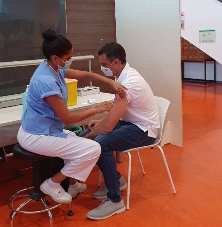 Sánchez recibe la segunda dosis de la vacuna contra la Covid