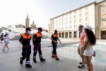 Los voluntarios de Protección Civil de Zaragoza dan consejos a la ciudadanía para evitar golpes de calor.
