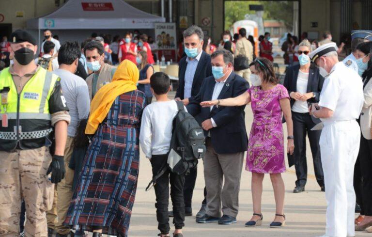 Robles y el JEMAD reciben en Torrejón un nuevo avión con 292 evacuados de Afganistán