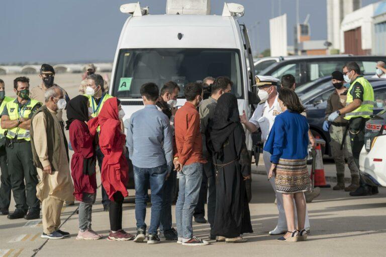 Robles anuncia que este martes llegarán a España 390 personas procedentes de Afganistán