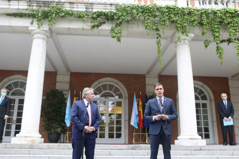 El presidente de Argentina agradece a Sánchez la donación de 400.000 dosis de la vacuna contra la COVID-19