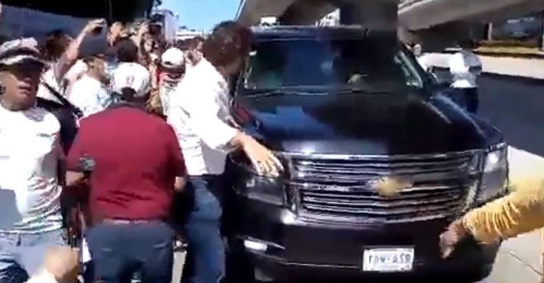 Bloquean al presidente de México en una carretera para exigir justicia por un homicidio