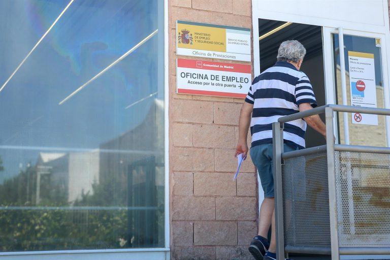 El paro registra en julio su mayor descenso mensual de la historia